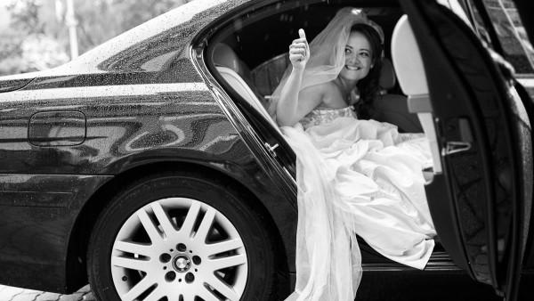 Esküvői fotó, ilyen egy igazi menyasszony, a szakadó eső sem hátráltatja.